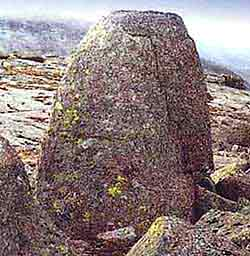 Северный Кольский «Пуп Земли»… напоминает знаменитый Омфал — «Пуп Земли», который находится в Дельфах (Греция).